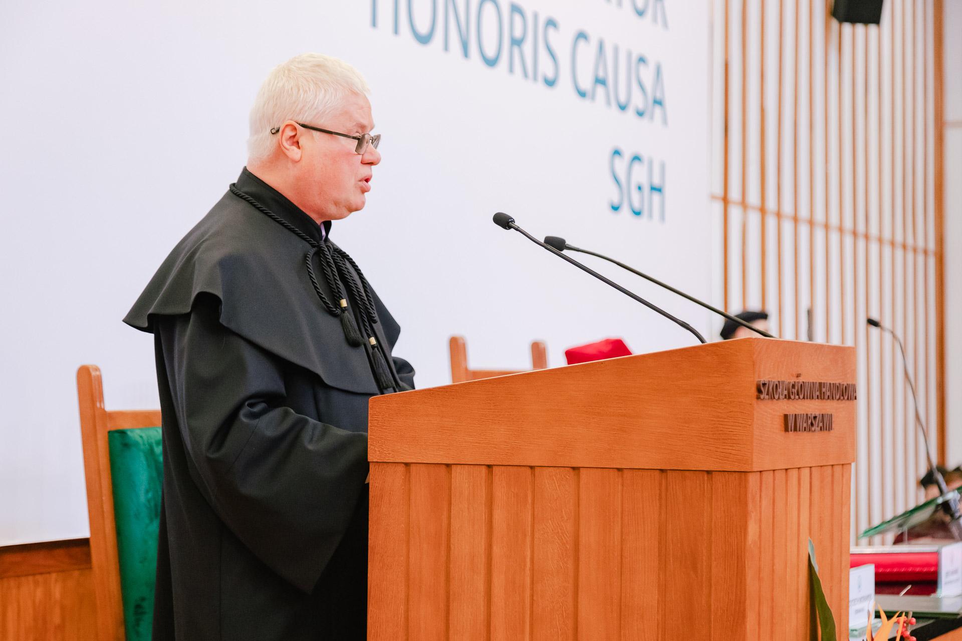 Prof. Jerzy Hausner przemawia w Auli Głównej SGH