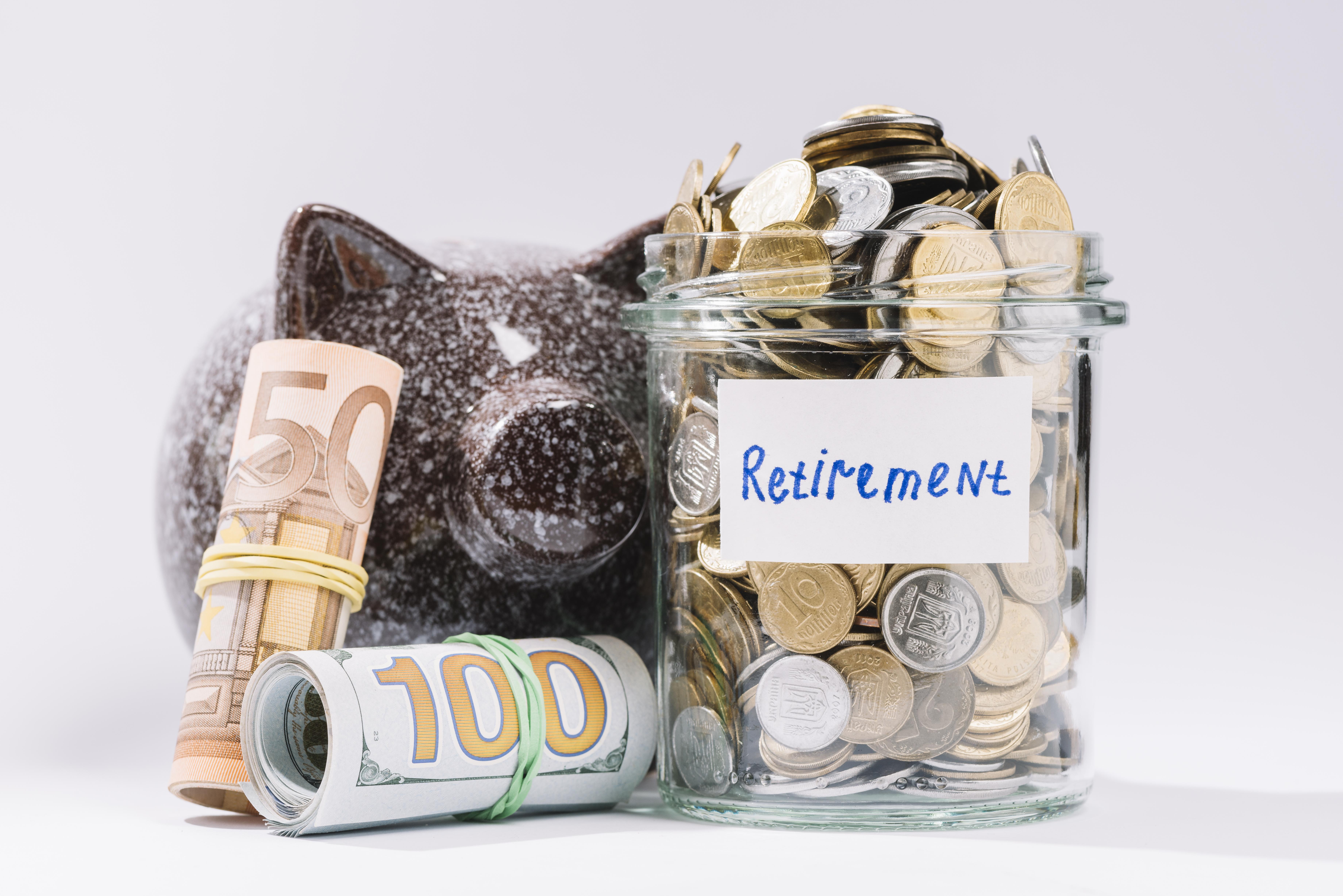 https://pl.freepik.com/darmowe-zdjecie/zwiniete-banknoty-piggybank-i-emerytury-pojemnik-pelen-monet-na-bialym-tle_3097664.htm#page=7&query=emerytura&position=19