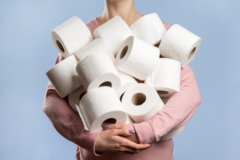 https://pl.freepik.com/darmowe-zdjecie/widok-z-przodu-kobiety-posiadajacej-zbyt-wiele-rolek-papieru-toaletowego_7871627.htm#page=1&query=%20papier%20toaletowy&position=21