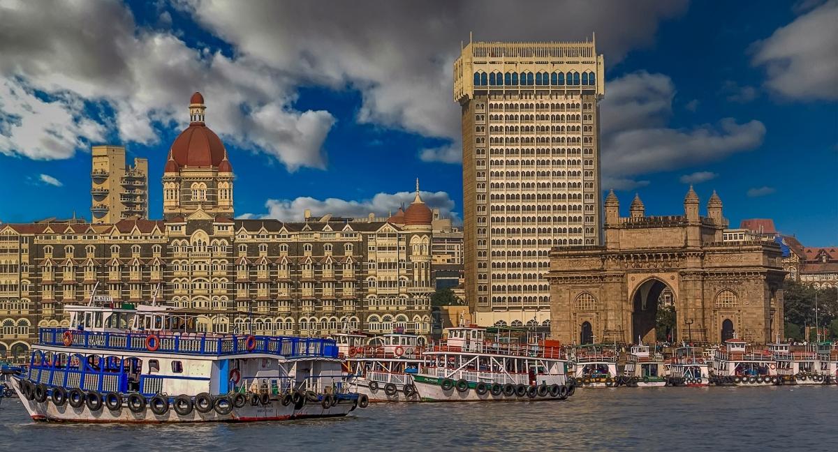 Wrota Indii (Gateway of India), masywny łuk uchodzący za wizytówkę miasta wybudowany został na początku XX w., by uczcić wizytę króla Wielkiej Brytanii i cesarza Indii Jerzego V. Obok słynny hotel Taj Mahal Palace & Tower. FOT. ARCHIWUM
