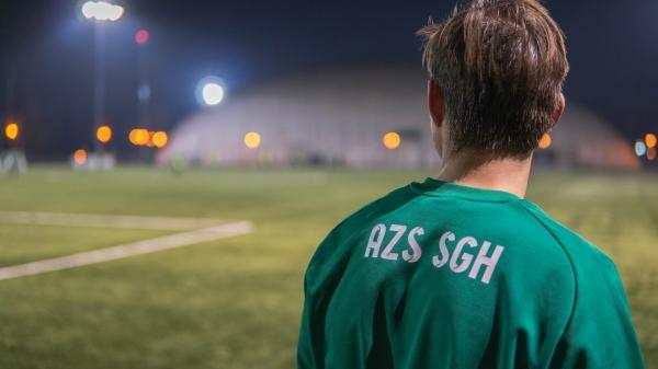 Student odwrócony tyłem w koszulce z napisem AZS SGH