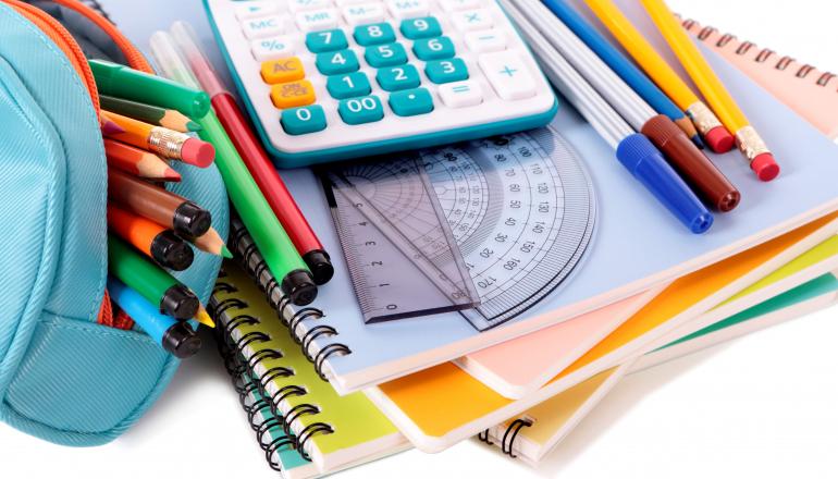 https://pl.freepik.com/darmowe-zdjecie/przybory-szkolne-z-kalkulatora_897701.htm#page=1&query=praca%20domowa&position=45