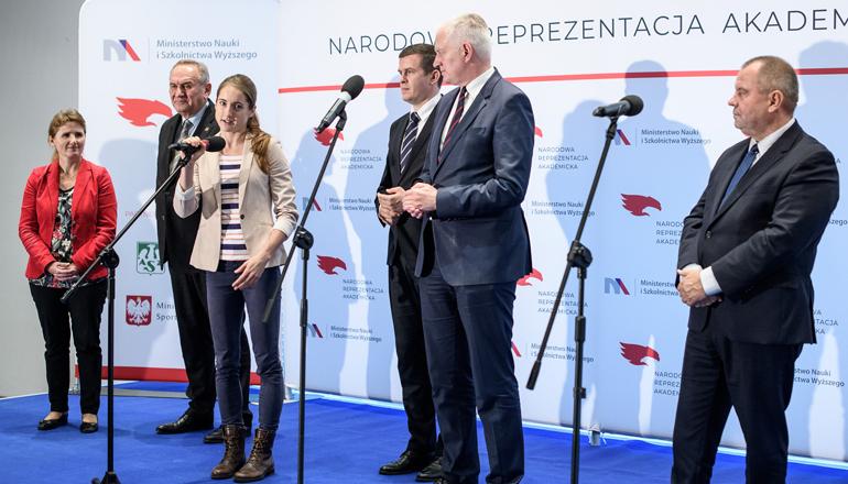 Anna Maliszewska przemawia w imieniu studentów-sportowców na konferencji dotyczącej NRA.