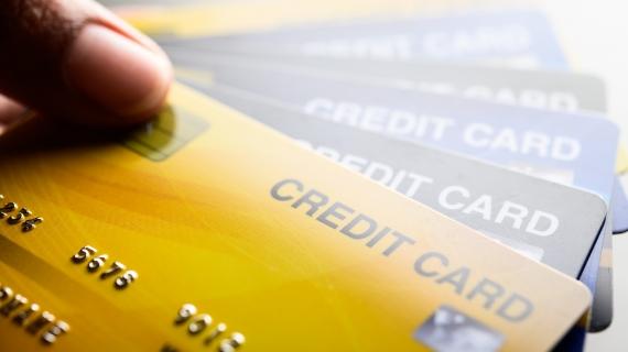 https://pl.freepik.com/darmowe-zdjecie/obrazy-z-bliska-wielu-telefonow-z-kartami-kredytowymi_5469620.htm#page=2&query=kredyt&position=4