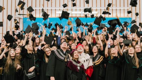 Absolwenci SGH podczas uroczystości kończącej studia