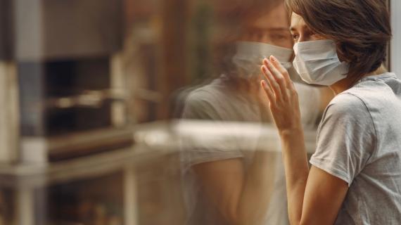 https://pl.freepik.com/darmowe-zdjecie/kobieta-w-masce-stoi-przy-oknie_7368739.htm#page=3&query=epidemia&position=44