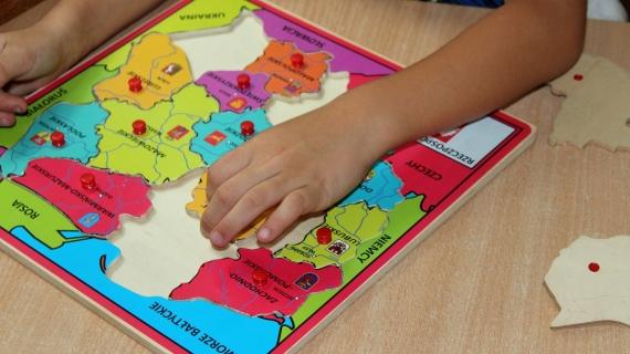 https://pixabay.com/pl/photos/dziecko-zabawa-puzzle-dzieci%C5%84stwo-3695323/