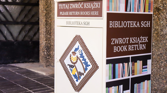 Wrzutnia na książki stojąca przy drzwiach do wejścia głównego Biblioteki SGH