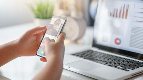 https://pl.freepik.com/premium-zdjecie/recznie-za-pomoca-smartfona-wirtualne-rozmowy-ze-znajomymi-za-pomoca-wideoczatu-grupa-ludzi-inteligentna-praca-z-domu_7665572.htm