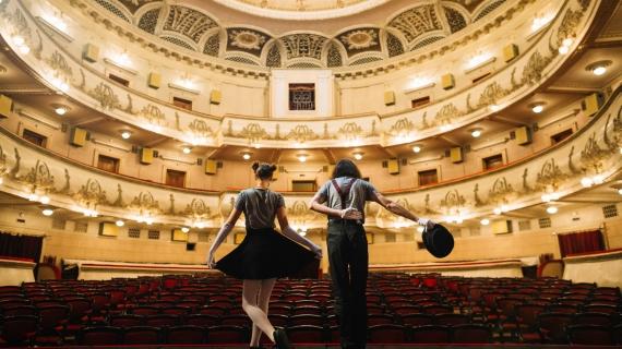 https://pl.freepik.com/darmowe-zdjecie/dwa-mimow-klania-sie-na-scenie-w-audytorium_2948340.htm#query=teatr&position=14